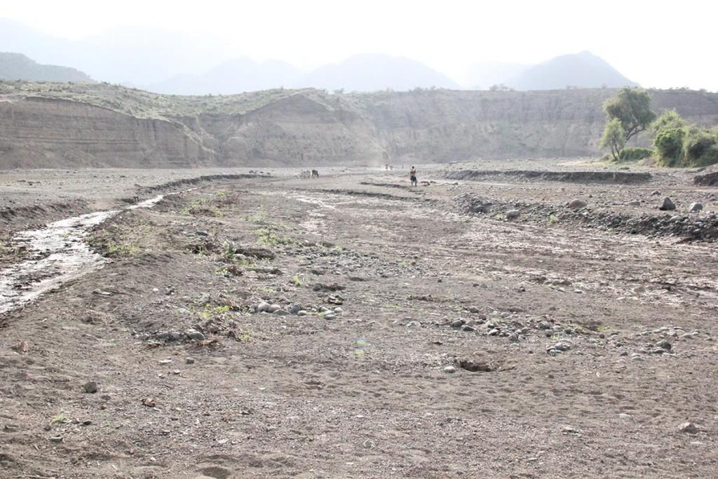 Uttorkad flod i Kobo. I Etiopien har flera livsviktiga floder som förser lokalbefolkning med vatten torkat ut. Det har inte hänt på 30 år. Foto: AEimagebuilder