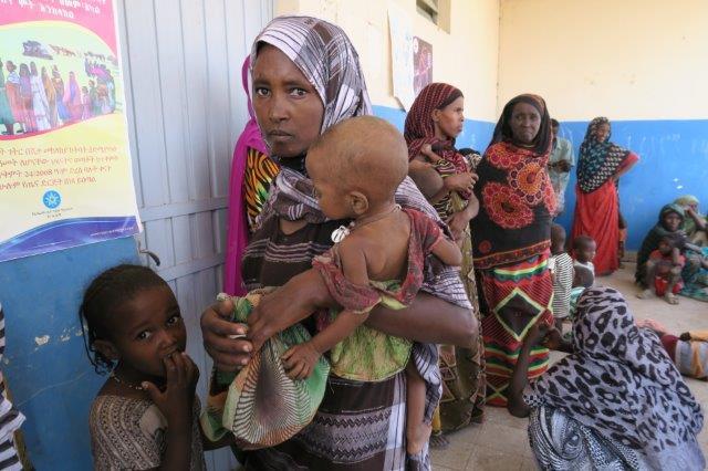 Mudina Alci med sina barn på en hälsoklinik i Afar-regionen. Foto: Gunilla Hallonsten /IKON