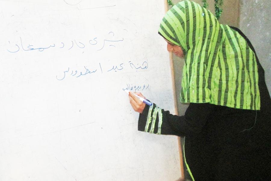 Ruweida Khaled är en av de kvinnor som deltagit i alfabetiseringskurserna. Nu skriver hon stolt sitt namn. Foto: Jakob Sundmark
