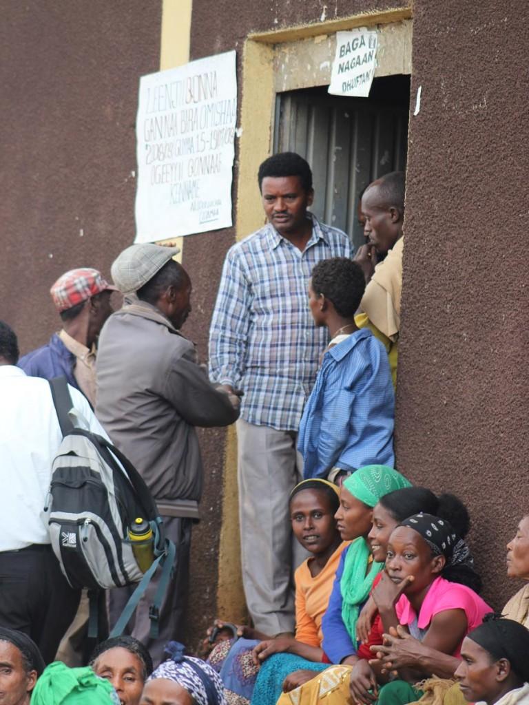 Wandimu Adunja (mannen i rutig skjorta vid dörröppningen) var en av de undernärda barn som bars till distributionscentret för 30 år sedan eftersom han var så svag att han inte kunde gå. Han är idag kommunchef med en agronomutbildning i bagaget. Foto: Maria Lundberg