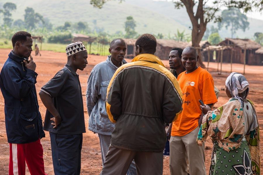 Byledningen i Kifora har samlats för uppföljningsmöte med projektledaren Horace Kamkoto. Kifora hade tidigare stora problem med anlagda skogsbränder. Foto: Matua Matheka