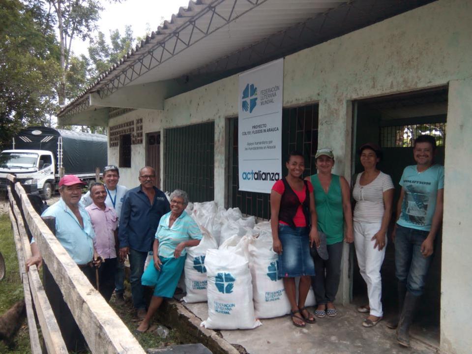 I byn Madre Vieja delades nödhjälp ut. Säckarna innehåller matvaror (torra och konserver) för cirka 30 dagar för en normalstor familj. Foto: Alexander Torres /LVF