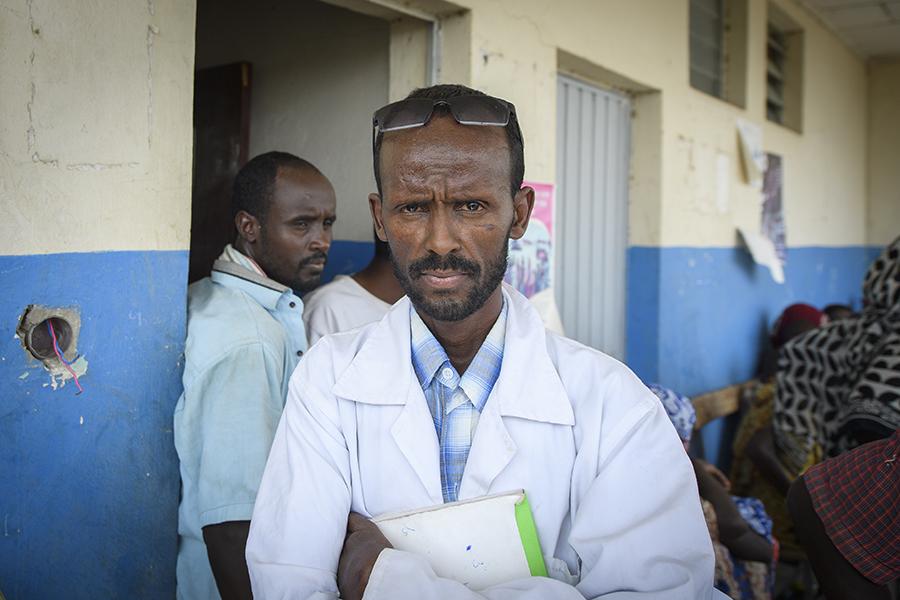 """Sjukskötaren Abdu Shikina har aldrig tidigare sett en liknande situation. """"Det största problemet är bristen på vatten. Det är svårt för folk att ta sig fram i hettan och det finns ingen elektricitet"""".  Foto: Magnus Aronson /Ikon"""