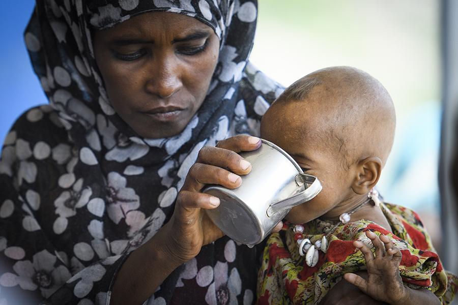 Fatuma matar Asia med mjölkersättning som delas ut av Svenska kyrkans lokala partner på sjukhuset i Aysaita, Afarregionen i nordöstra Etiopien. Foto: Magnus Aronson /Ikon