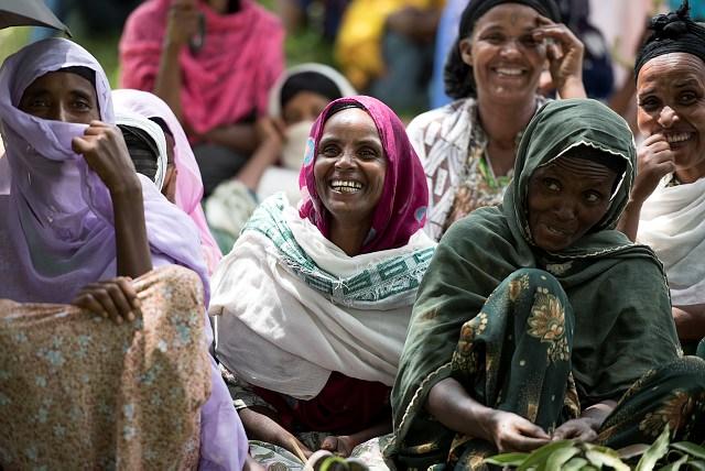 Självhjälpsgruppen för kvinnor i byn Robbit är en stor förklaring till varför mat inte längre är en brist och att barnen går i skolan. Tillsammans sparar de pengar, lånar av sitt gemensamma kapital och samarbetar. Nu vet de att de kan tjäna pengar och att deras röster har rätt att höras.