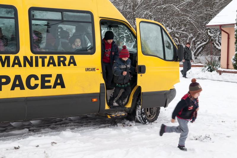 FUP har en skolbuss som hämtar barnen och kör dem till skolan. Efter skoldagen får barnen skjuts hem. Foto: Gustaf Hellsing/IKON