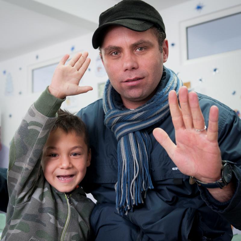 Hagi är ett av barnen som får gå i FUP:s skola och känner sig trygg med skolskjutsen de får av fader Sergio. Då behöver han inte oro sig för att bli retad och slagen som på den vanliga skolbussen. Foto: Gustaf Hellsing/IKON