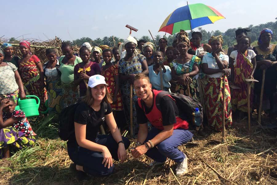 a)Anna och jag med en grupp vi träffade i Mavivi som odlar auberginer, tomater, amarant och purjolök inom BOADs projekt.