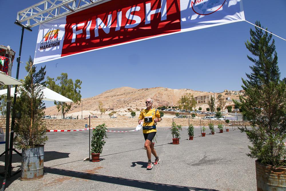 Håkan Jonsson passerar mållinjen i Petra, Jordanien.