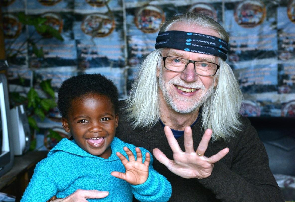 Håkan träffar 4-åriga Sisipho i ett av Sydafrikas kåkstadsområden. Foto: Eric Miller/IKON