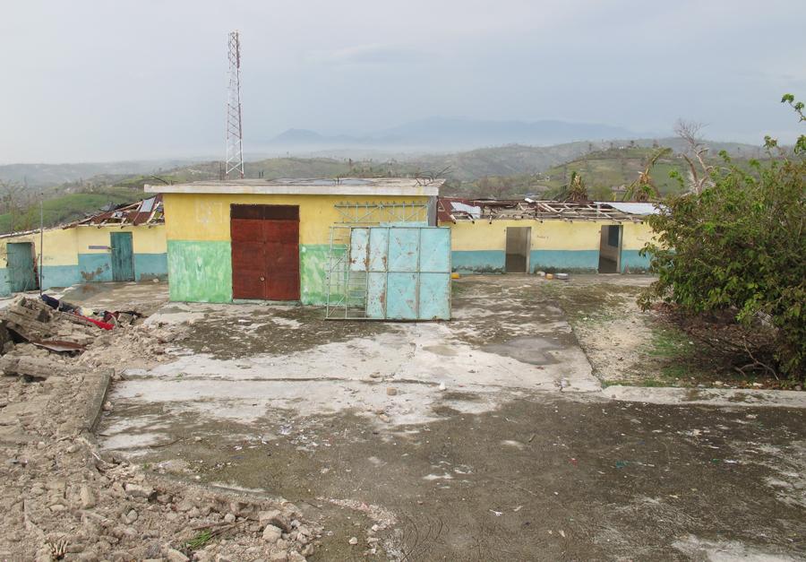 Skolbyggnaden är helt raserad. Liksom många andra byggnader. Foto: Perolov Lundkvist