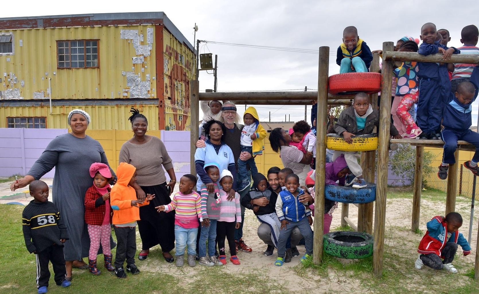 Håkan och Andreas på besök hos en av Philanis förskolor i Sydafrika. Foto: Eric Miller/IKON
