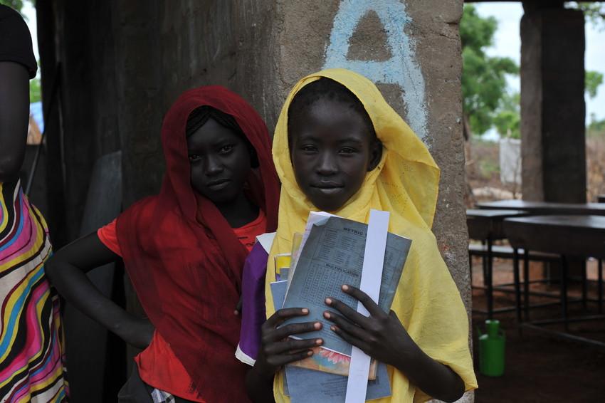 Flickorna går i förskolan Soda Alum i ett flyktingläger i Sydsudan. Många av dem har aldrig gått i skolan förut. I flyktinglägret får många flickor sin första chans till utbildning. Vi arbetar för att ändra skadliga attityder mot flickor och förhindra barnäktenskap. Foto: LWF/IKON