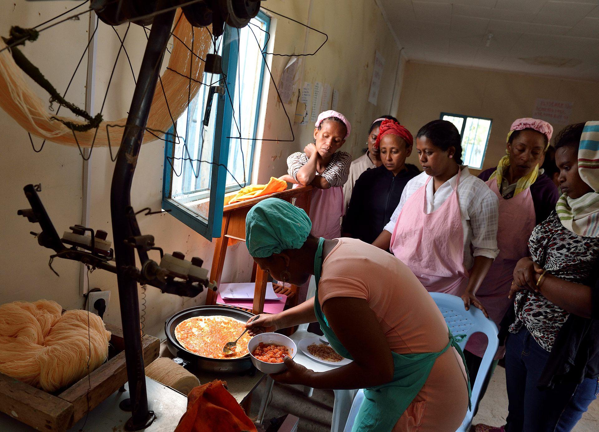 Hos kyrkan får kvinnorna lära sig matlagning och hur de startar upp ett eget företagande med försäljning av t.ex. bröd eller piroger. Foto: Magnus Aronson/IKON