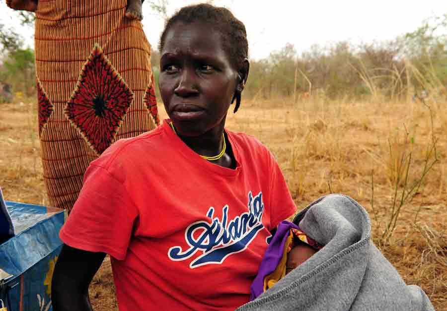 Betty Faiza är 36 år och har flytt från Sydsudan till Palorinya. Ett område i norra Uganda som varje dag tar emot tusentals flyktingar från Sydsudan. Hon kom hit för ett par veckor sedan tillsammans med sina sex barn, varav en nyfödd son. Foto: Cornelia Kästner /LWF/Ikon