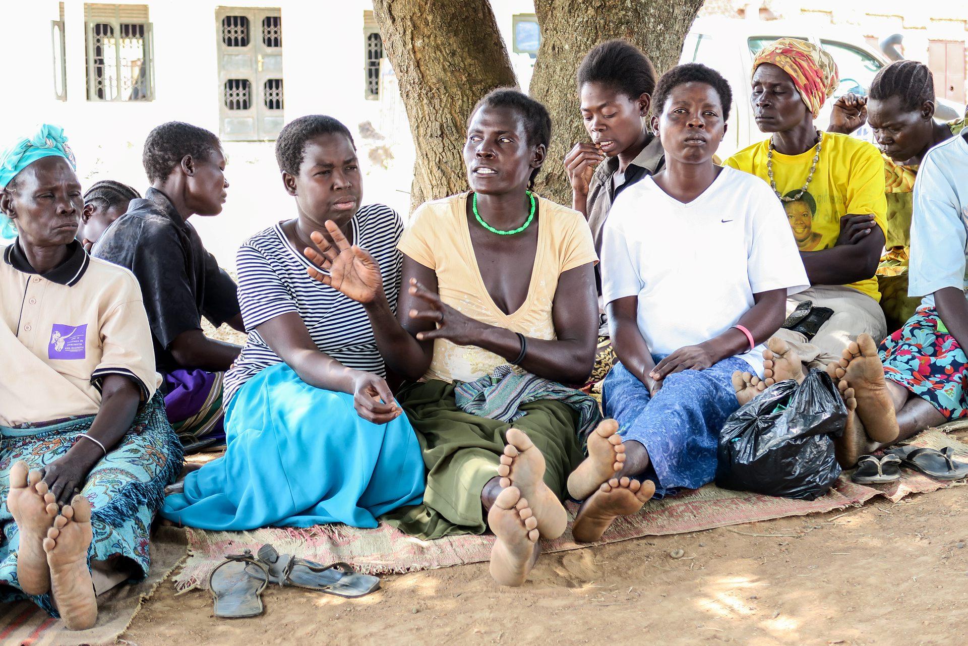 Det finns fortfarande bybor som pratar illa om oss, men vi har fått självförtroende och kan stå för de vi är och det vi har åstadkommit, säger Rose (vit t-shirt, blå kjol). Foto: Ewa Almqvist/Ikon