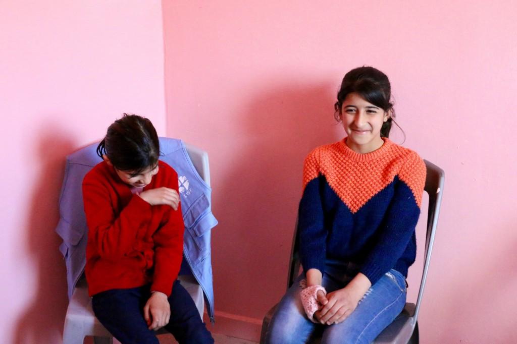 Ragat är 12 år och jordanier. Genom en kurs som Svenska kyrkans partner anordnar har hon fått möjlighet att lära känna syriska flickor i sin ålder. Foto: LWF