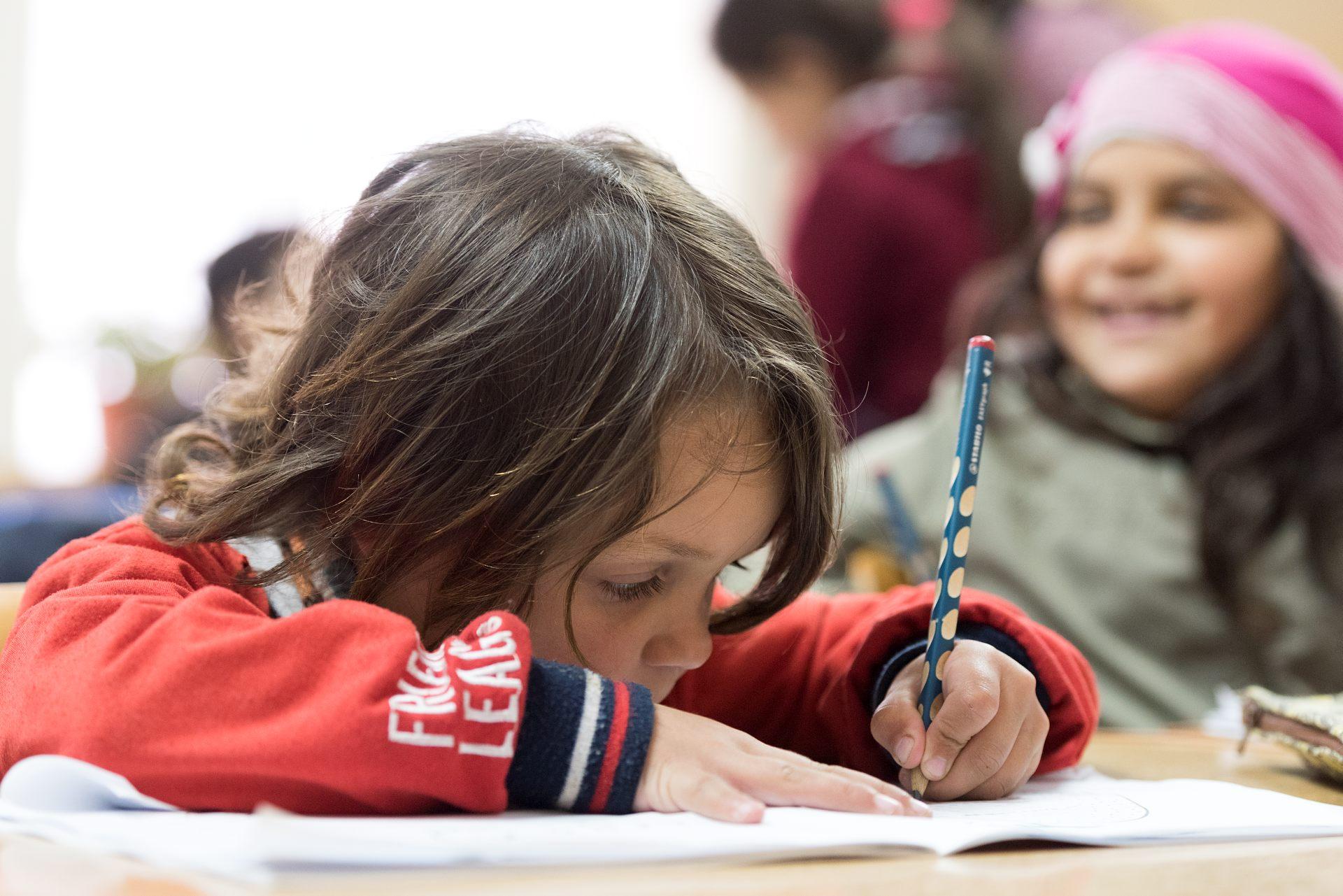 De yngre barnen får börja lektionen med att rita eller färglägga i målarböcker. Det är ofta ett bra sätt att få dem att fokusera. Foto: Gustaf Hellsing/IKON
