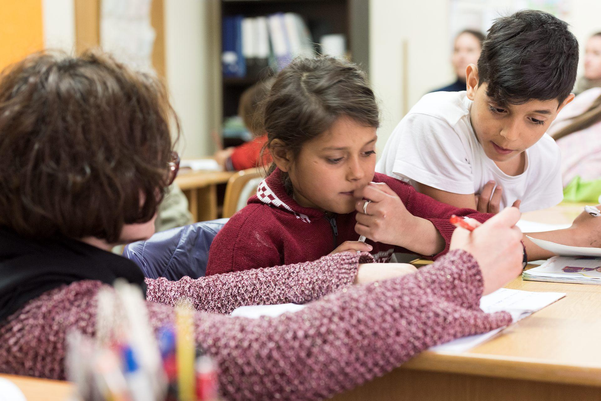 Gabriela är duktig i skolan. Mest tycker hon om att gunga men hon förstår att det är viktigt att lära sig läsa, skriva och räkna. Hon vill ju öppna en klädbutik eller bli lärare när hon blir stor. Foto: Gustaf Hellsing/IKON