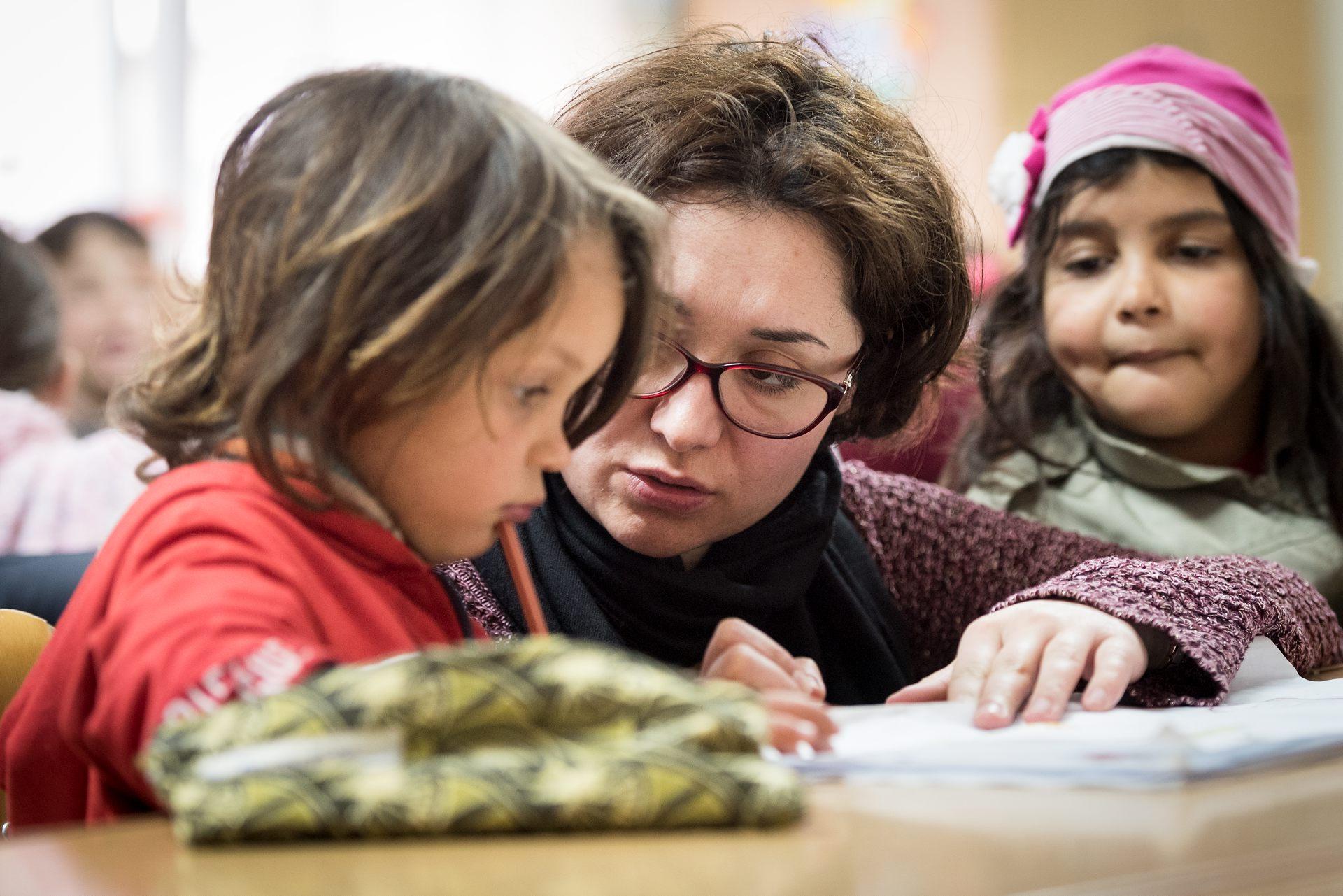 Christina följer alla barnen noga och har ett nära samarbete med lärarna på FUP:s skola. Läraren Cornelia använder avslappningsövningarna som hon lärt sig av Christina. Det är en viktig del av skoldagen att få barnen att slappna av och fokusera. Foto: Gustaf Hellsing/IKON