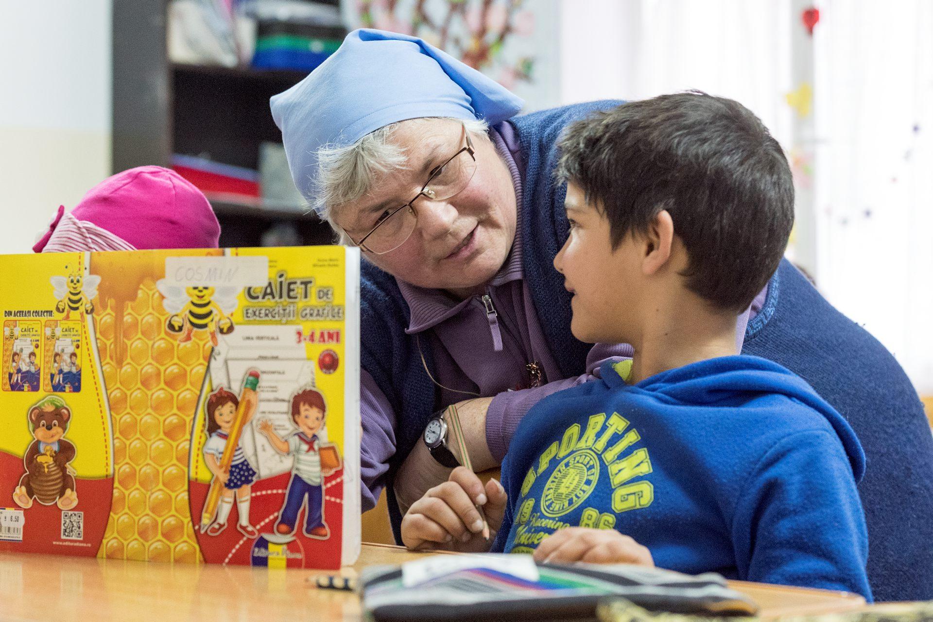 Lärarassistenten, syster Ljuba, är med på lektionerna flera gånger i veckan. Hon gör också hembesök i Olympic village. Foto: GUstaf Hellsing/IKON