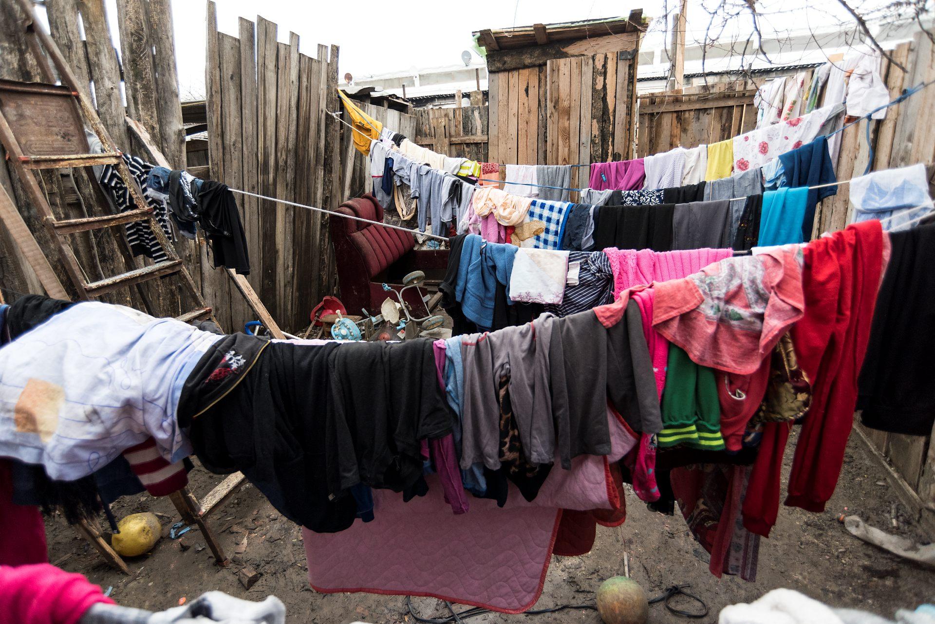 Dana hänger tvätt på sin lilla utegård. Hon försöker få rena kläder till barnen så de ska kunna gå till skolan. Foto: Gustaf Hellsing/IKON