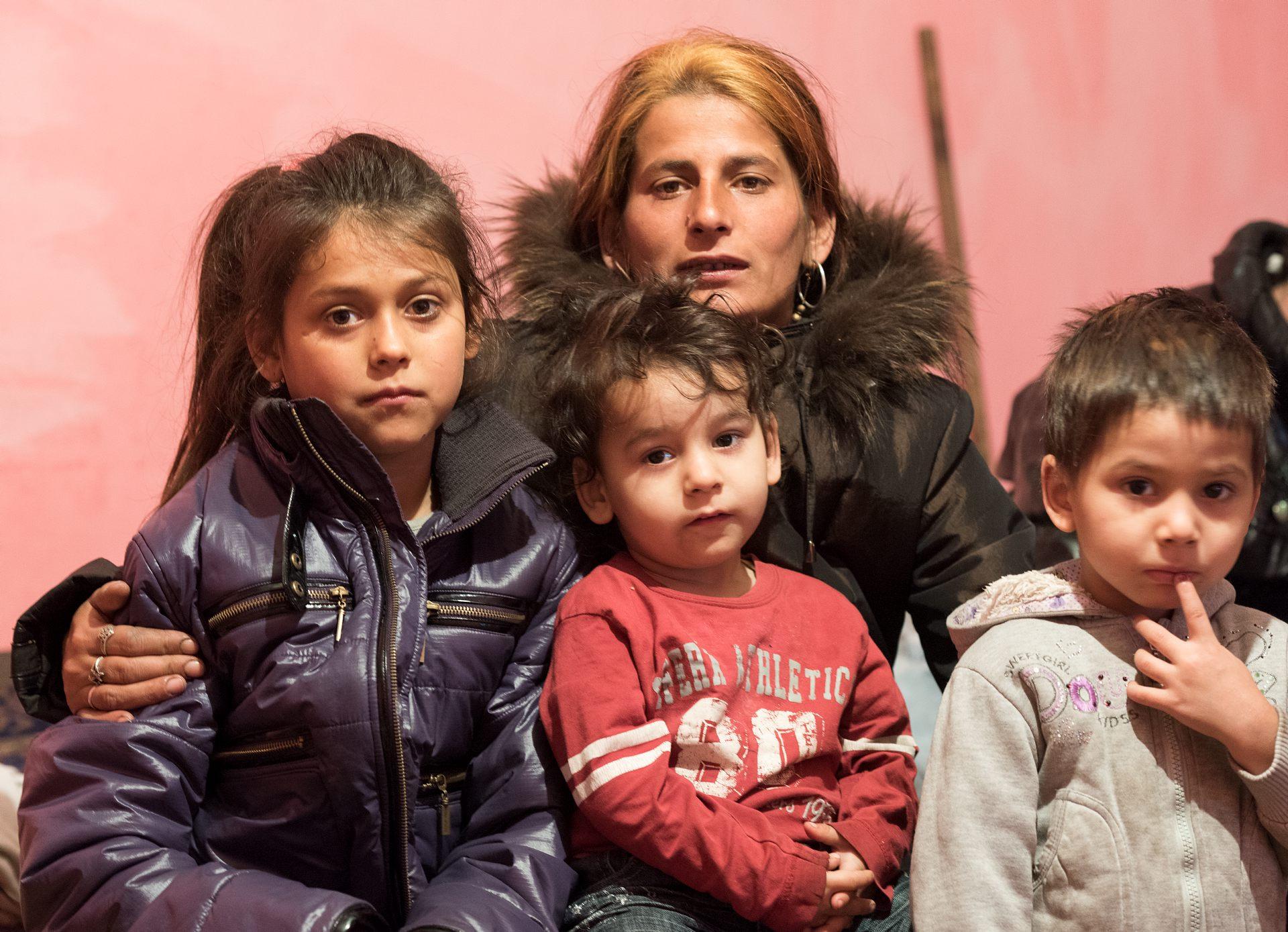 28-åriga Dana med tre av sina fem barn. Foto: Gustaf Hellsing/IKON